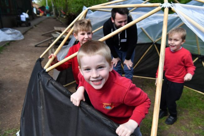 SMALL-Ridgeway-School-pupils-help-JLR-volunteers-construct-the-new-outdoor-learning-pod-1-651x434